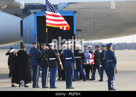 Washington DC, USA. 5th Dec 2018. Joint Service pallbearers carry the flag-draped casket of former President George W. Bush for the return trip to Houston on Air Force One December 5, 2018 in Andrews, Maryland. Bush, the 41st President, died in his Houston home at age 94. Credit: Planetpix/Alamy Live News - Stock Photo