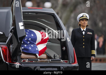 Washington, DC, USA. 5th Dec, 2018. The casket of former President George H.W. Bush sits in a hearse in front of the U.S. Capitol, Wednesday, Dec. 5, 2018, in Washington. (Shawn Thew/Pool Photo via AP) Credit: Shawn Thew/CNP/ZUMA Wire/Alamy Live News - Stock Photo