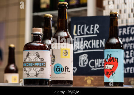 Kassel, Germany. 22nd Nov, 2018. 'Delicious beer' is written on a board at the bar of the brewery Steckenpferd behind various craft beer bottles. (to dpa 'Successful in the niche - Craft beer brewers assert themselves on the market' of 06.12.2018) Credit: Swen Pförtner/dpa/Alamy Live News - Stock Photo