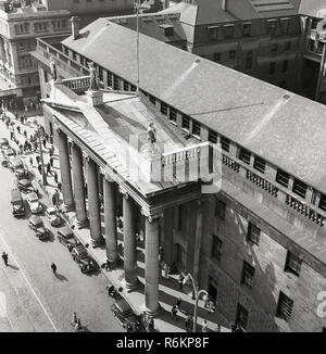 1950s, historical, view from above of the front of the General Post Office (GPO) in the centre of O'Connell Street, Dublin, Ireland, one of country's most famous buildings. Completed in 1818 and rebuilt in 1929 after it was destroyed by fire, the front has an Ionic portico of six columns and was the last of the many great Georgian public buildings in the capital. - Stock Photo
