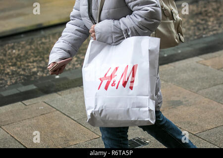 Preston, Lancashire. 6th Dec 2018. UK Weather: Damp start to the day for H&M Christmas shoppers in Fishergate with continuous light rain forecast before heavy rain and gale force winds arrive later in the day. Credit: MediaWorldImages/Alamy Live News - Stock Photo