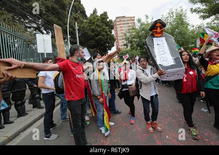 La Paz, Bolivia. 06th Dec, 2018. Bolivians march to protest against the candidacy of the president at the Electoral Supreme Court, in La Paz, Bolivia, 06 December 2018. The protesters demanded the electoral body to suspend the authorization of the president to run for the general election in 2019. Credit: Martin Alipaz/EFE/Alamy Live News - Stock Photo
