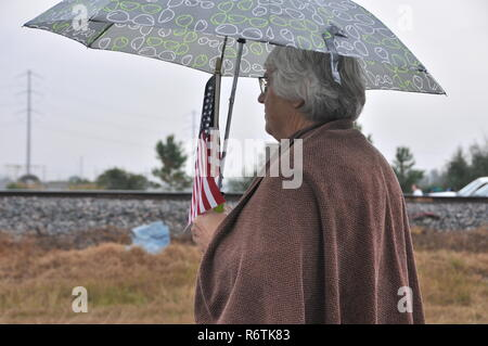 Houston, USA. 6th Dec, 2018. A woman waits for the train carrying the remains of late former U.S. President George H.W. Bush in Houston, Texas, the United States, on Dec. 6, 2018. Bush's remains were taken by the train on Thursday from Houston to the burial site behind the George H.W. Bush Presidential Library and Museum at Texas A&M University. George H.W. Bush, the 41st president of the United States, has died on Nov. 30 at the age of 94. Credit: Liu Liwei/Xinhua/Alamy Live News - Stock Photo