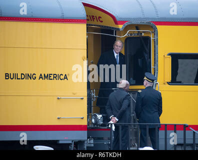 Former Pres. George W. Bush steps off train carrying the casket of his father, former President George H.W. Bush, upon its arrival at Texas A&M University before burial at the nearby George Bush Library. - Stock Photo