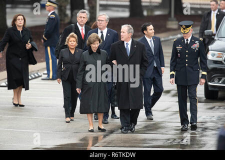 Former Pres. George W. Bush and wife Laura, Jeb Bush and wife Paloma, and Dorothy Bush Koch arrive at Texas A&M University with the train carrying the casket of former President George H.W. Bush before burial at the nearby George Bush Library. - Stock Photo
