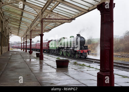 B1 class steam locomotive 'Mayflower' (built 1948) stops at the ornate Hellifield Station, North Yorkshire, while on a test run. - Stock Photo