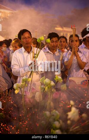 Buddhist monks and the Cambodian public mourn the death of King Norodom Sihanouk. He was the King of Cambodia from 1941 to 1955 and again from 1993 to - Stock Photo