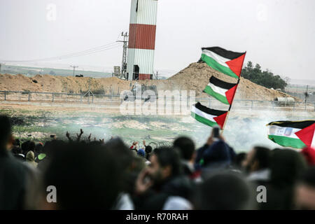 Gaza, Palestine. 7th December 2018.Palestinian protesters gather during clashes with Israeli troops in tents protest where Palestinians demand the right to return to their homeland at the Israel-Gaza border, in the east of Rafah in the southern Gaza Strip, on December 7, 2018. Credit: Awakening Photo Agency/Alamy Live News - Stock Photo