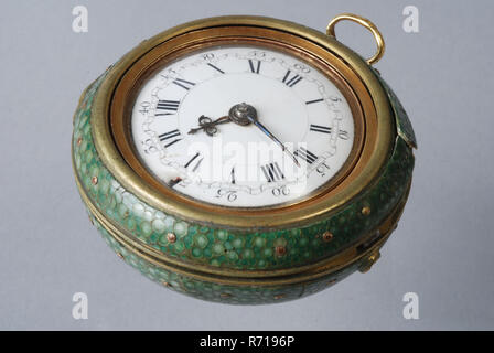 Cornelis Uyterweer, Pocket watch with protective cover of green roggeleer in golden exterior with representation 'Judgment of Paris' and inside cabinet and with enamel dial, pocket watch watch movement measuring instrument gold steel brass silver glass enamel leather ray leather velvet silk textile protection cap, White enamel dial with minute arches and Arabic numerals for minutes and Roman numerals for doors. Steel pointer of the so-called 'beetle-and-poker' type. Smooth gold inner case. The clockwork with verge escapement with snek. Fan-shaped pillars on the upper side of the saw. Ajourge s - Stock Photo