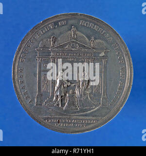 Medal on the 25th wedding anniversary of Abraham Erberveldt and Cornelia Ploos van Amstel on April 17, 1749, wedding medal medal penning visual material tin, Column with two family arms connected by ribbon on pedestal heart and two gathering hands on both sides female figure, TWO DAUGHTERS FOUR IN HER YOUTH HEUR OUDREN WONDER WEDDING JOY AT ROTTERDAM 17 APRIL 1749 Rotterdam wedding wedding party W. van Rede Collection W from Rede Rotterdam. - Stock Photo
