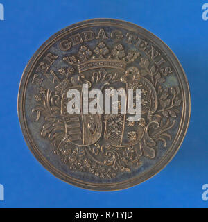 Gijsbert van Moelingen, Medal on the 25th wedding anniversary of Th. Beels and Maria van Royen, wedding medal penning footage silver, beaten, Two family arms covered by crown and surrounded by rocaille motifs, TER DEDICTION Rotterdam marriage - Stock Photo