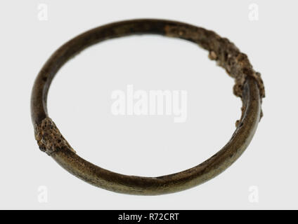 Thin ring, copper or bronze, ring part soil find copper bronze metal, d 0,3 Thin copper or bronze ring Oval cross section. Not finished on the inside archeology Rotterdam connecting the railway tunnel Tomb discovery: Railway tunnel 1988-1993. - Stock Photo