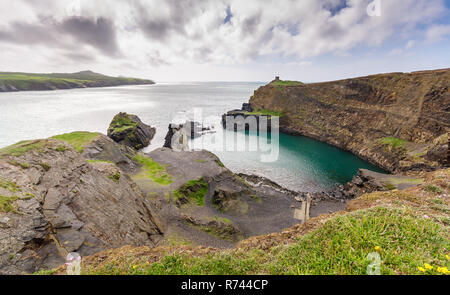 Old quarry buildings top the cliffs at Abereiddy in the Pembrokeshire Coast National Park, Wales. - Stock Photo