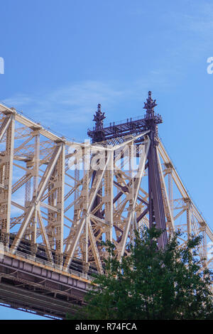 Roosevelt Island, New York, USA: One of the  towers of the Ed Koch Bridge, aka The Queensboro Bridge or the 59th Street Bridge. - Stock Photo