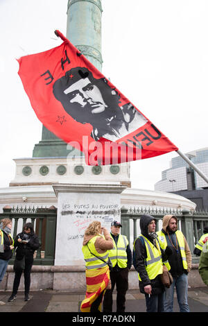 Paris, France, 8th Dec, 2018. Protesters wearing yellow vests holding a flag with the image of Che Guevara in Place de la Bastille, Paris. About 10,000 protesters wearing yellow vests demonstrated in Paris for the fourth weekend in a row to protest against taxes on fuel and decrease in purchasing power, some demanding resignation of French President Emmanuel Macron. Credit: Christelle Chanut/Alamy Live News - Stock Photo