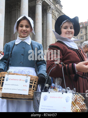 Geneva, Switzerland. 8th December 2018. Geneva, L'Escalade is an annual festival held in December in Geneva. 11th Dec, 1602. Two girls dressed in ancient uniforms sell souvenir badges during the L'Escalade (the act of scaling defensive walls) celebrations in Geneva, Switzerland, Dec. 8, 2018. L'Escalade is an annual festival held in December in Geneva, celebrating the defeat of the surprise attack by troops sent by Duke of Savoy during the night of Dec. 11, 1602. Credit: Xu Jinquan/Xinhua/Alamy Live News - Stock Photo