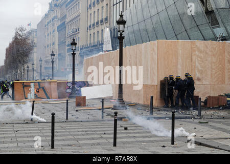Paris, France. 8th Dec, 2018. The yellow vests invest the Champs-Élysées and clash with the riot police on December 8, 2018 in Paris, France. Credit: Bernard Menigault/Alamy Live News - Stock Photo