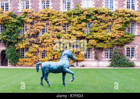 The First Court of Jesus College, Cambridge with Bronze Horse, a large sculpture by Barry Flanagan. Donated to the college in 2009. - Stock Photo