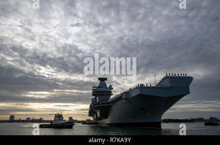 The Royal Navy aircraft carrier HMS Queen Elizabeth arrives in Portsmouth, returning home from her four-month Westlant deployment after successfully conducting flight trials of the F-35B fighter jets. - Stock Photo