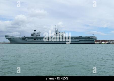 HMS Queen Elizabeth, portsmouth harbour - Stock Photo