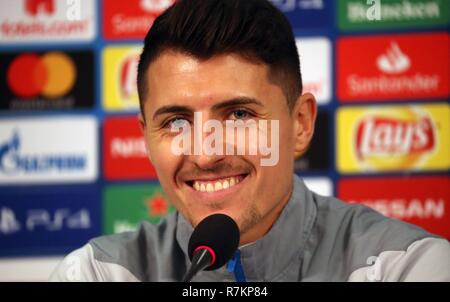 firo Football, 10.12.2018 Champions League Press Conference / Training FC Schalke 04 - Lokomotiv Moscow Portrait, gesture, Alessando Schopf | usage worldwide - Stock Photo