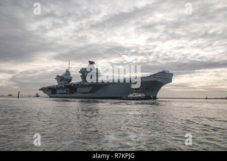 Portsmouth Harbour, UK. 10th Dec 2018. HMS Queen Elizabeth arrives home in Portsmouth for Christmas. Crew line the decks at procedure alpha. Credit: David Robinson/Alamy Live News - Stock Photo