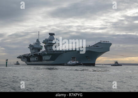 HMS Queen Elizabeth arrives home in Portsmouth for Christmas. Crew line the decks at procedure alpha. - Stock Photo