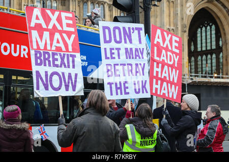Westminster London, UK, 10th December 2018. Activists from both the Remain or 'Anti-Brexit' side, as well as campaigners for 'Leave means Leave ' ,who want to leave the EU, are protesting outside the Houses of Parliament in Westminster with placards, banners and chants. Both sides appear to vocally reject the current Brexit 'deal' offered. Credit: Imageplotter News and Sports/Alamy Live News Stock Photo
