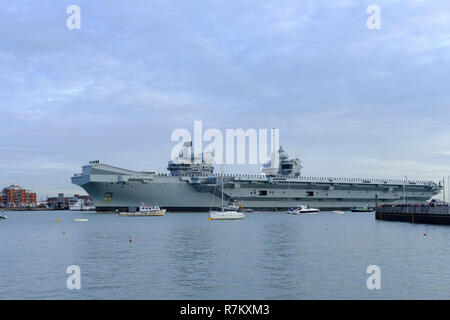 Portsmouth Harbour, UK. 10th December 2018 Portsmouth. HMS Queen Elizabeth arrives home after 4 months sea trails and flight trails with the F35-B fighter jets.The Westlant deployment has seen the warship travel to the United States – including New York City and Florida.. Credit Paul Chambers Alamy Live News. - Stock Photo
