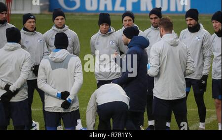 firo Football, 10.12.2018 Champions League Training FC Schalke 04 - Lokomotiv Moscow team circle with Domenico Tedesco | usage worldwide - Stock Photo