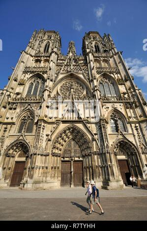 France, Meurthe and Moselle, Toul, Saint Etienne cathedral of Gothic style built between the 13th and 15th centuries, couple passing on the square - Stock Photo