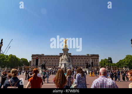 Queen Victoria memorial monument in front of the Buckingham palace, located at the end of The Mall in London, United Kingdom - Stock Photo