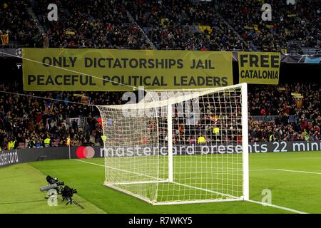Barcelona, Spain. 11th Dec, 2018. A view of a sign with pro-Catalan independence messages during the UEFA Champions League groups phase match between FC Barcelona and Tottenham Hotspur, at the Camp Nou stadium, in Barcelona, Catalonia, Spain, 11 December 2018. Credit: Enric Fontcuberta/EFE/Alamy Live News - Stock Photo