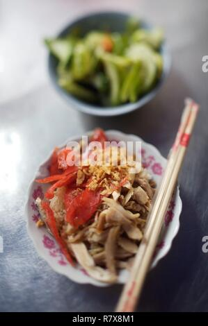 Vietnam, Hanoi, glutinous rice, viet sausage, chicken and shallots grate to taste with slices of cucumber - Stock Photo