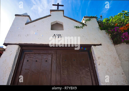 Los Silos the beautiful little town between the Atlantic coast and the Teno mountains - located on Mount Aregume, this tranquil chapel. - Stock Photo