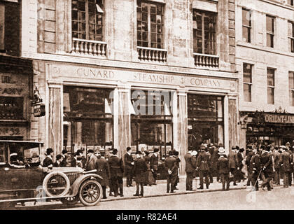 April 1912, and anxious relatives gather around the White Star offices in London as they await list of survvivors from the sinking of the 'Titanic'. It was later realised that the heroism of crew and passengers enable women and children to survive. - Stock Photo