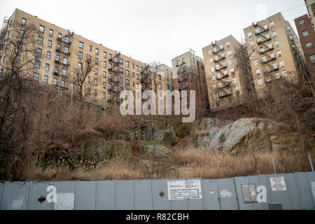Apartment buildings high on a bluff seen from Overlook Terrace in the densely populated Washington Heights in Upper Manhattan in New York on Saturday, December 8, 2018. (© Richard B. Levine) - Stock Photo