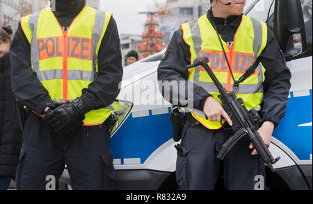 Hannover, Germany. 12th Dec, 2018. Heavily armed policemen secure the Christmas market in the city centre. Credit: Julian Stratenschulte/dpa Credit: dpa picture alliance/Alamy Live News/dpa/Alamy Live News - Stock Photo