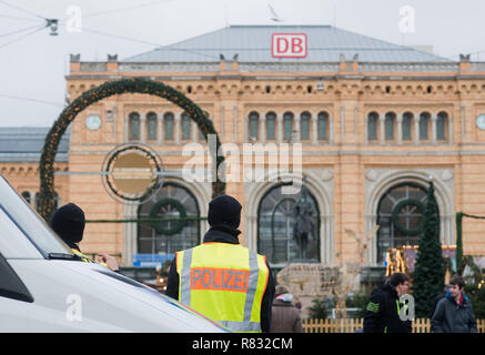 Hannover, Germany. 12th Dec, 2018. Policemen secure the Christmas market in front of the main station. Credit: Julian Stratenschulte/dpa/Alamy Live News - Stock Photo