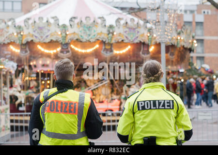 Hannover, Germany. 12th Dec, 2018. Policemen secure the Christmas market downtown. Credit: Julian Stratenschulte/dpa/Alamy Live News - Stock Photo