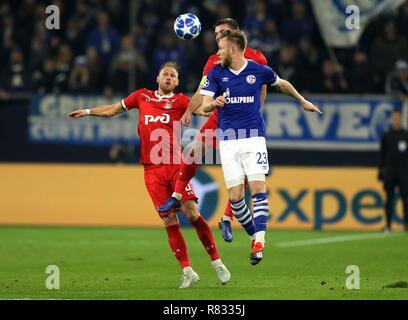 firo Football, 11.12.2018 Champions League FC Schalke 04 - Lokomotiv Moscow 1: 0 duels Benedikt Howedes versus Cedric Teuchert | usage worldwide - Stock Photo