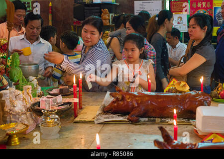 offerings to the gods during chinese new year in Wat Phnom in Phonm Penh, Cambodia - Stock Photo