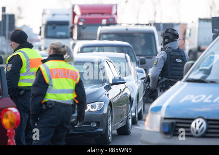 Kehl, Germany. 13th Dec, 2018. German policemen control traffic at the Franco-German border. After the serious terrorist attack in Strasbourg, police in France and Germany are hunting down the assassin. Credit: Sebastian Gollnow/dpa/Alamy Live News Stock Photo