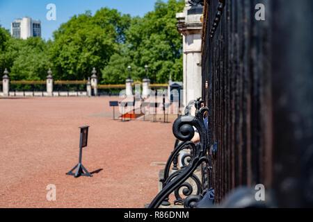 Closed gates to Buckingham Palace, London, England, UK - Stock Photo