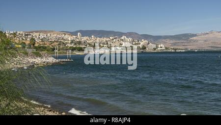 Tiberias, Israel. 28th Oct, 2018. View over the Sea of Galilee to the city of Tiberias in Northern Israel. Tiberias (about 42.000 inhabitants) belongs to the four holy cities in Judaism (with Jerusalem, Hebron and Safed). (28 October 2018)   usage worldwide Credit: dpa/Alamy Live News - Stock Photo