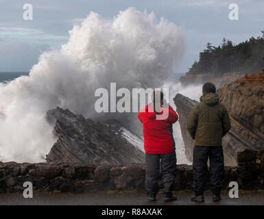 Charleston, OREGON, USA. 14th Dec, 2018. Storm watchers at a viewing area are dwarfed as a massive wave crashes against rocks at Shore Acres State Park near Charleston on the south coast of Oregon. The National Weather Service issues a high surf warning for Oregon with powerful west swell predicted to create breakers of 28 to 32 feet through Monday afternoon. Credit: Robin Loznak/ZUMA Wire/Alamy Live News - Stock Photo