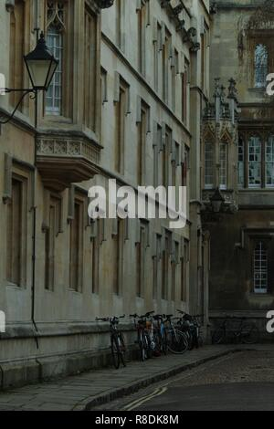 Oxford Scene - vintage bicycles standing against the wall of an old building near Oxford University, Oxford, Oxfordshire, UK. - Stock Photo