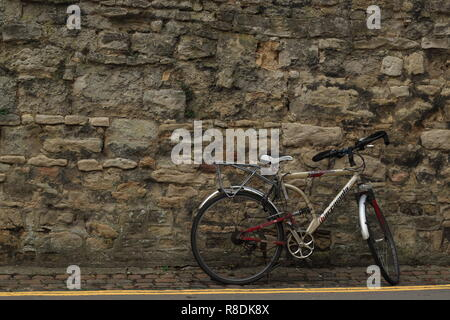 Oxford Lifestyle - vintage bicycle standing against the wall of an old building near Oxford University, Oxford, Oxfordshire, UK. - Stock Photo