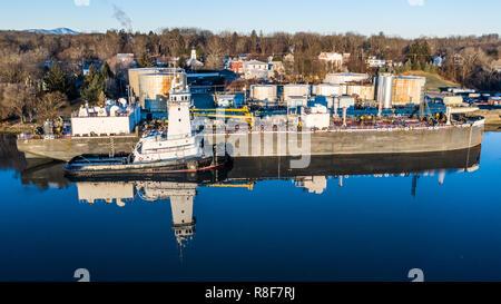 Barge loading at Peckham Industries Inc, Petroleum Refining, Athens, NY, USA - Stock Photo