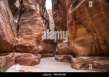 die enge Felsschlucht Siq führt zu  Petra, Jordanien, Asien  |  The narrow passage Siq that leads to  Petra, Jordan, Asia - Stock Photo
